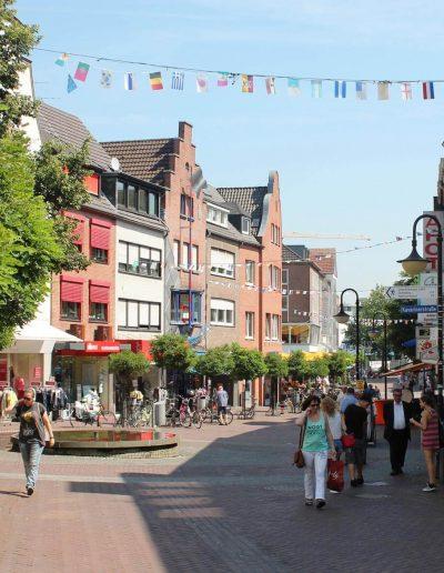 Die belebte Innenstadt von Kleve mit zahlreichen Cafés, Geschäften und Restaurants lädt zum Besuch ein.