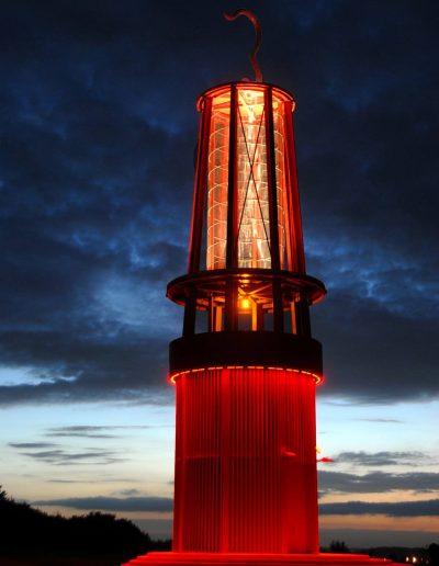 Das Foto zeigt das Geleucht, eine überdimensionale Grubenlampe auf der Halde Rheinpreußen. Die 28 Meter hohe Aussichtsplattform der Landmarke ist begehbar.