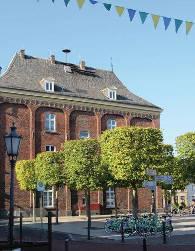 Das Foto zeigt das Alte Rathaus. Im Hintergrund befindet sich der Kräuterturm des Underberg Palais.
